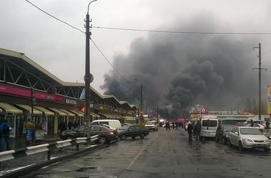 Масштабный пожар на рынке в Киеве: в сети появились новые видео