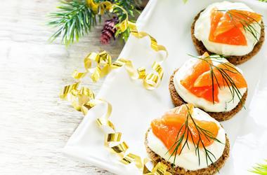Астрологи советуют встречать Новый год с рыбой: во сколько обойдется праздничный стол