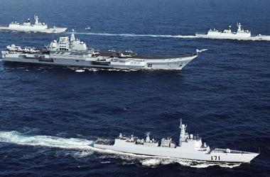 Китай вывел в спорный район Южно-Китайского моря авианосец и пять военных кораблей
