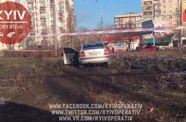 """В Киеве водитель устроил """"гонки"""" с полицией и вылетел в клумбу"""