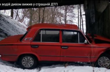 Водитель чудом выжил после падения с 10-метрового моста в Сумах