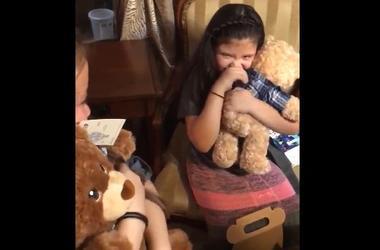 Маленькие девочки расплакались из-за игрушки с голосом умершего дедушки