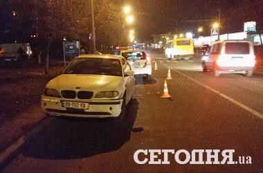 """В Киеве """"БМВ"""" сбил на переходе женщину с ребенком"""