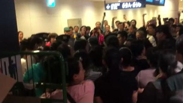 Вяпонском аэропорту из-за погоды подрались туристы иполицейские