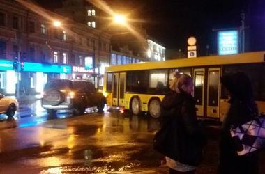 В Киеве не разминулись внедорожник и автобус
