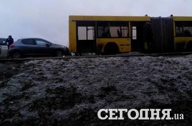 В Киеве легковушка протаранила автобус