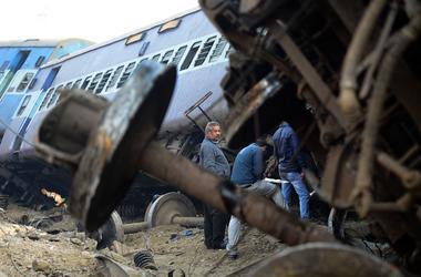 Жуткая катастрофа в Индии: перевернулся поезд, два вагона упали с моста