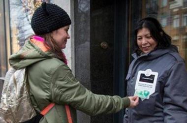 В Нидерландах бездомные будут принимать милостыню с банковских карт