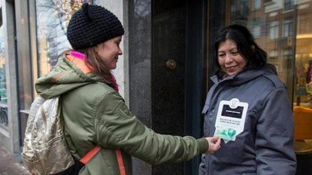 Голландские бездомные сейчас принимают милостыню спластиковых карт