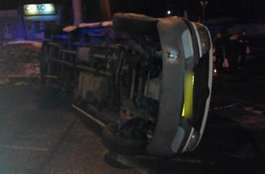 Автобус с пассажирами перевернулся на остановке в Полтаве: есть пострадавшие