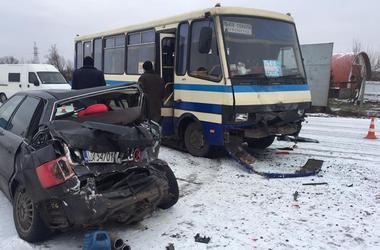 Во Львовской области  иномарка врезалась в рейсовый автобус