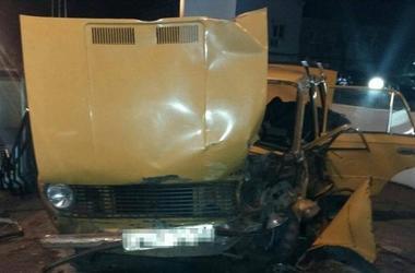 В Одессе пьяный водитель врезался в столб, есть пострадавшие