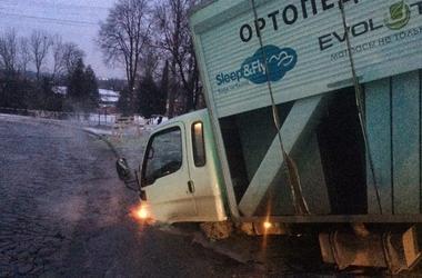 Во Львове грузовик провалился под асфальт: на месте прорвало канализацию