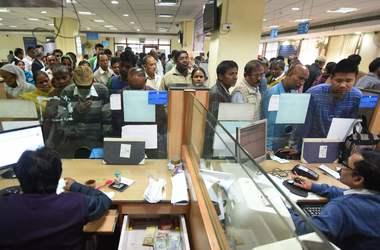 Индийцы выстроились в огромные очереди чтобы обменять банкноты, которые изымают из обращени