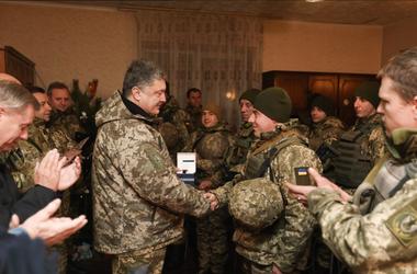 Украинским военным поднимут доплаты - Порошенко