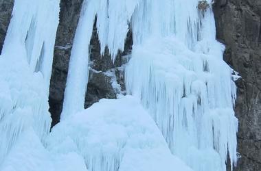В Китае из-за сильных морозов застыл водопад