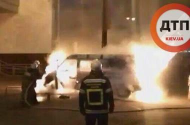 В Киеве возле метро вспыхнул автомобиль