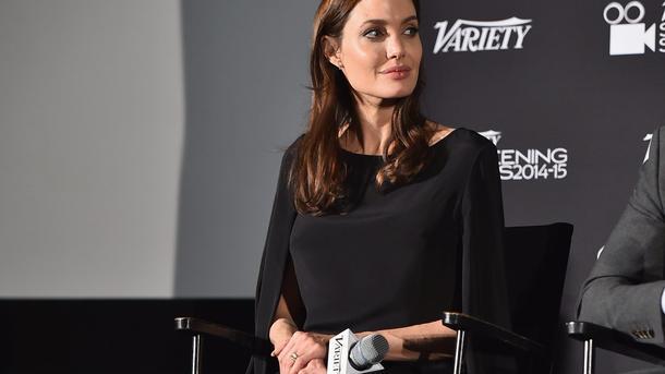 Анджелина Джоли кормит детей мороженым нахолоде