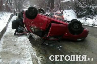 В Киеве девушка-водитель перевернула авто