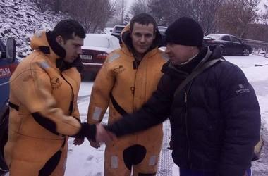 Водолазы спасли рыбака, которого унесло на хрупкой льдине