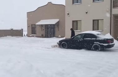 В закарпатском селе из BMW сделали снегоуборочную машину