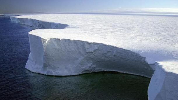 Отшельфа Ларсена откололся огромный айсберг