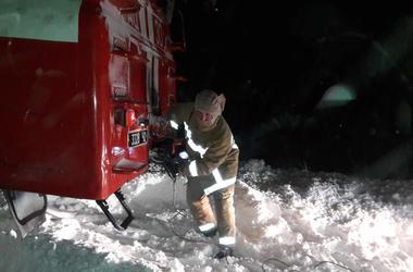 Непогода в Украине: в снежный плен попали скорые с детьми и беременными