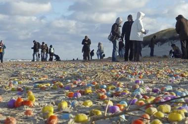 В Германии на берег вынесло тысячи киндер-сюрпризов
