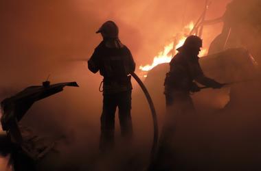 В Чернигове спсатели всю ночь боролись с масштабным пожаром