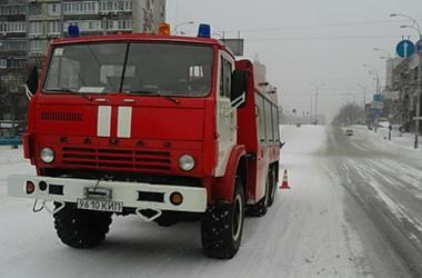 В Киеве за сутки в снежный плен попали 4 грузовика, 4 легковушки и троллейбус