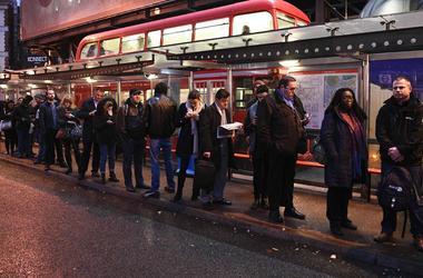 Миллионы британцев оказались в транспортной ловушке