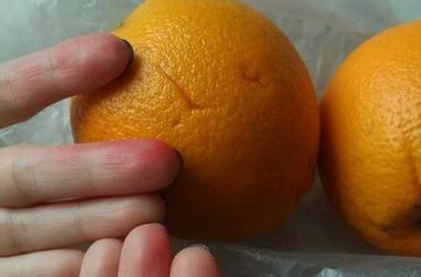 В киевском супермаркете продаются крашеные апельсины
