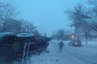 Водитель грузовика на летней резине устроил ДТП в центре Николаева