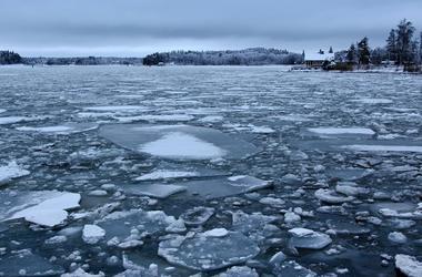 В Киеве спасли девочку со льда озера Тельбин