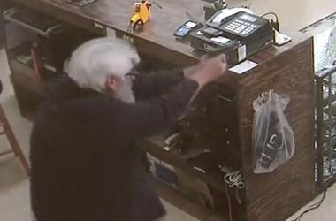 Самые глупые грабители: вооруженная парочка пыталась ограбить оружейный магазин