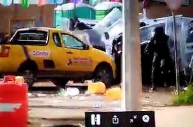 В Мексике один из протестующих на автомобиле протаранил толпу полицейских
