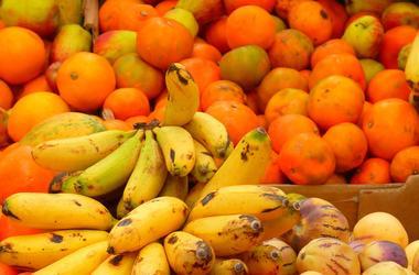 Украинцы стали активнее есть импортные бананы и цитрусовые