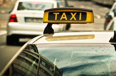 В Херсоне хулиганы избили таксиста и угнали его авто