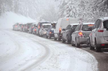В трех областях Украины ограничили движение транспорта (список дорог)