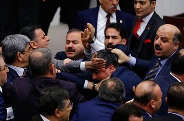 В парламенте Турции произошла массовая драка между депутатами