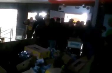 Россияне устроили давку из-за списанного алкоголя  у крыльца супермаркета