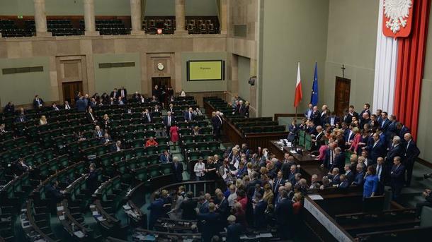 ВПольше приняли скандальный бюджет, оппозиция продолжает протестовать
