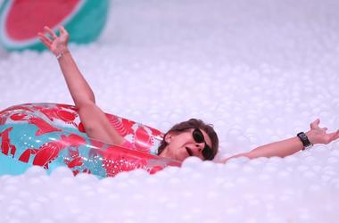 В Сиднее появился пляж и бассейн из миллиона шариков