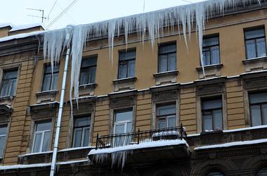 Опасный лед: в Днепре ввели штрафы за сосульки и снег