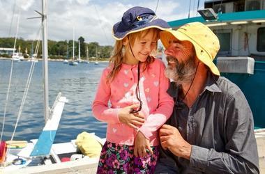 Отец и дочь провели 27 дней в море на сломанном катамаране