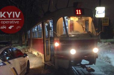 В Киеве трамвай отправил в столб внедорожник