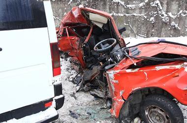 В  Хмельницком столкнулись маршрутка и ВАЗ: легковушку разорвало от удара