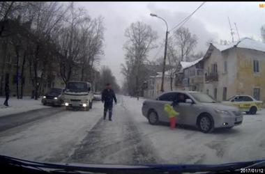 Пассажир не выходя из машины спас малыша вышедшего на дорогу