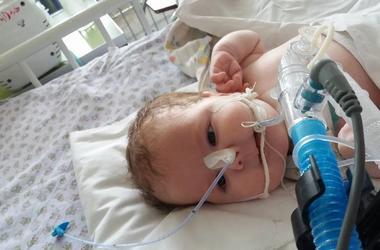 Трехмесячному Артему нужна помощь: с рождения он не может самостоятельно дышать