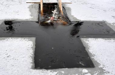 Правила купания на Крещение: как безопасно окунаться в прорубь